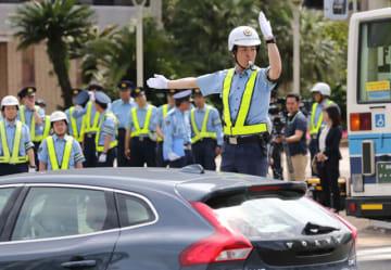 大規模災害時の信号機停止を想定し、手信号での交通整理訓練を行う若手署員=17日午後、宮崎市宮崎駅東1丁目