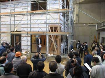 県が業者向けに開いている、耐震化改修費用を低価格に抑えるための工法講習会=西都市・県立産業技術専門学校(県提供)