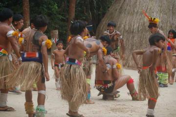 伝統舞踊を披露するクイクロ族