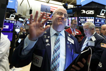 17日のニューヨーク証券取引所のトレーダー(AP=共同)