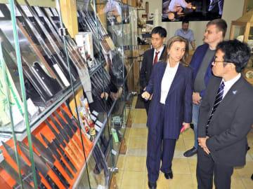 関の刃物など、日本製品を多く扱う店内の説明を受ける崎浦良典県観光国際局長(右端)=ロシア・サンクトペテルブルク、「KASUGAI」