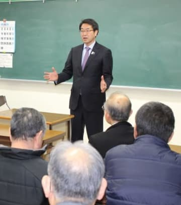 新潟市議選で保守系候補の応援に入る中原八一市長。選挙後、市議会に単独過半数の「市長与党」が誕生した=4月、新潟市中央区