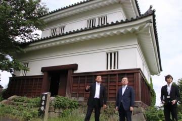 平戸城の「懐柔櫓」前で黒田市長(左)から説明を受ける田端長官(左から2人目)=平戸市岩の上町