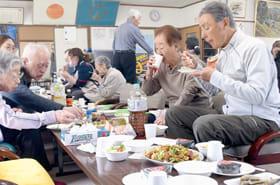 会場内で食事を囲み、親睦を深める参加者