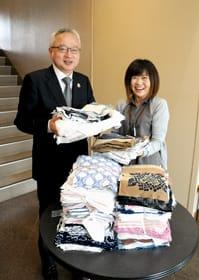 「多くの清拭布の寄贈を頂き感謝しています」と語る米野事務局長(左)