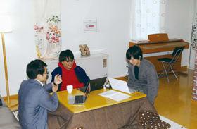 民泊のオプションサービスについて相談する学生スタッフ