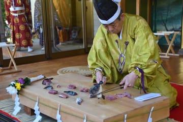 今回の包丁式で披露された「龍門の鯉」=17日、南房総市千倉町の高家神社