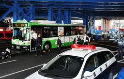 複数の死傷者が出た神戸市営バスの事故。アクセルとブレーキの踏み間違いが要因の一つとされている=2019年4月21日、神戸市中央区