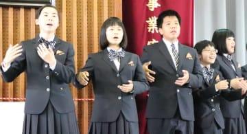 手話を交えながら合唱を披露する福祉科1期生=口加高