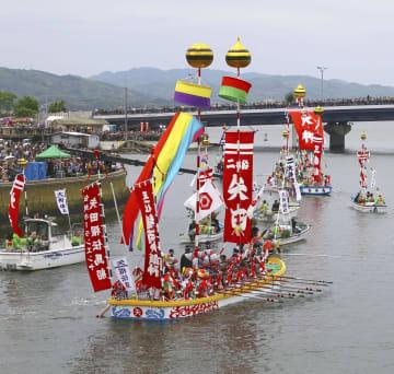 松江市で始まった「ホーランエンヤ」の渡御祭で、大橋川を進む船団=18日午前