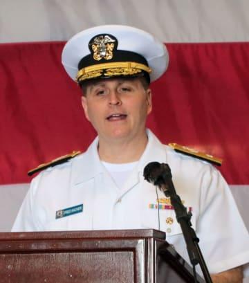 就任あいさつをするケイチャー少将=米海軍佐世保基地、ワスプ艦内