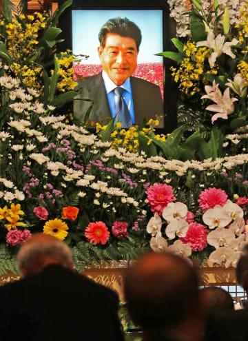 池田早苗さんの遺影が掲げられた祭壇=長崎市茂里町、法倫会館