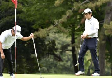 ゴルフを楽しむ安倍首相(右)=18日午前、神奈川県茅ケ崎市