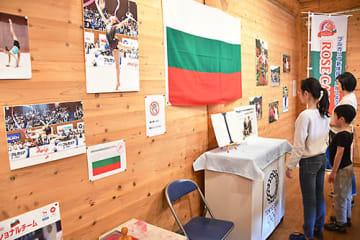 ブルガリア新体操ナショナルチームのパネルなどを展示しているバラ交流館=村山市・東沢バラ公園