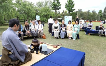 緑が豊かな清流園で野点を楽しむ来場者ら(18日午前9時37分、京都市中京区・二条城)