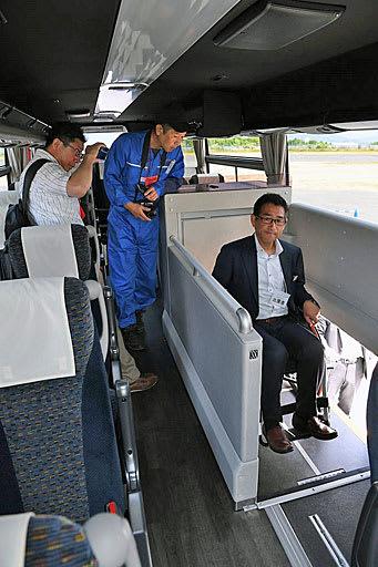 エレベーターを採用した最新型のバス=17日、大阪市此花区