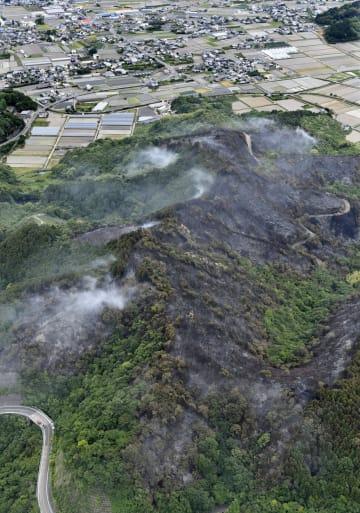 愛媛県四国中央市の山林火災現場=18日午後0時4分(共同通信社ヘリから)