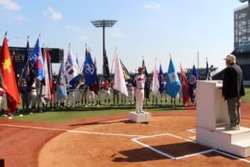 ベテラン選手が競う「中部日本古希軟式野球大会」と「中部日本還暦軟式野球大会」の合同開会式=17日、新潟市中央区