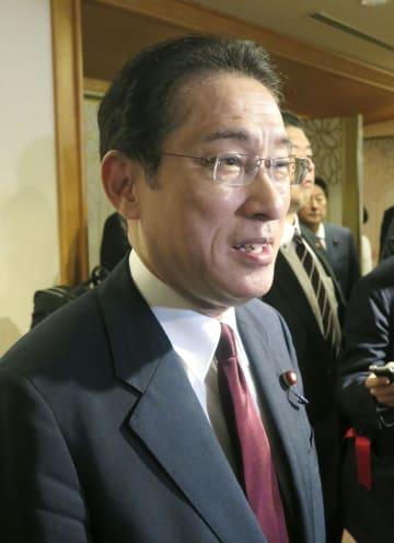 記者団の取材に応じる自民党の岸田政調会長=18日、福岡市内のホテル