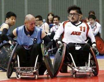 2年前の車いすラグビー日本選手権で対戦する乗松聖矢選手(左)と隆由選手=2017年12月、千葉市(提供写真)
