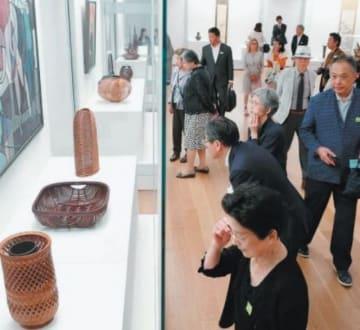 作品を鑑賞する来場者ら=18日、大分市寿町の県立美術館