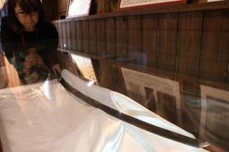 最後の竹田城主・赤松広秀ゆかりの名刀「獅子王」の写し刀=朝来市和田山町竹田