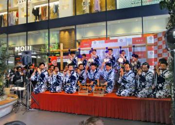 渋谷の街に祇園囃子を響かせる鷹山保存会の囃子方たち(東京都渋谷区神南1丁目)