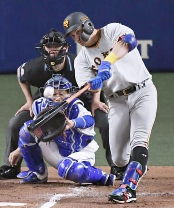 2回巨人無死二塁、ゲレーロが左中間に先制2ランを放つ。捕手加藤=ナゴヤドーム