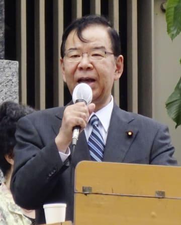 街頭演説する共産党の志位委員長=18日午後、東京都八王子市