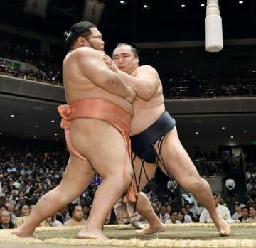 鶴竜(右)が寄り切りで千代大龍を下す=両国国技館