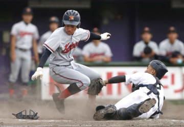 龍谷大平安-京都国際 5回表京都国際2死二塁、上野の中前適時打で生還する二走生駒。捕手は多田(わかさスタジアム京都)