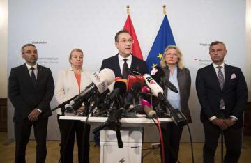 副首相の辞任を記者会見で発表するオーストリア自由党党首のシュトラッヘ氏(中央)=18日、ウィーン(AP=共同)