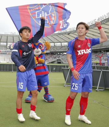 札幌に勝利し、サポーターの歓声に応えるFC東京・久保建(左)と小川=味スタ