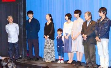 本田監督(左端)と出演者が作品に込めた思いを語った舞台あいさつ