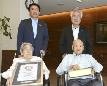 昨年9月、大西秀人高松市長(後列左)の表敬訪問を受けた松本政雄さん(前列右)とミヤ子さん夫婦=高松市