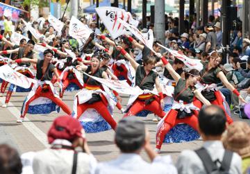 多くの人が訪れる中、商店街でダイナミックな演舞が披露された=18日午後、大子町大子、菊地克仁撮影