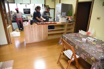 ダイニングキッチンで弁当の盛り付けなどを行うスタッフ=中井町遠藤のれいんち