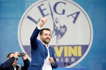 18日、イタリア北部ミラノで、右派集会に参加した同国のサルビーニ副首相(ロイター=共同)