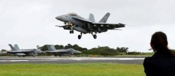 硫黄島の滑走路でFCLPをする空母艦載機(17日)