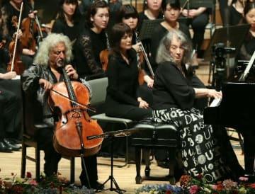 アンコールで息の合った演奏を披露するマルタ・アルゲリッチ(右)とミッシャ・マイスキー=18日、大分市のいいちこグランシアタ