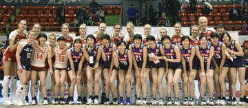 モントルー・マスターズで準優勝し、表彰式で笑顔を見せる日本の選手たち。後列は優勝したポーランドの選手=モントルー(共同)