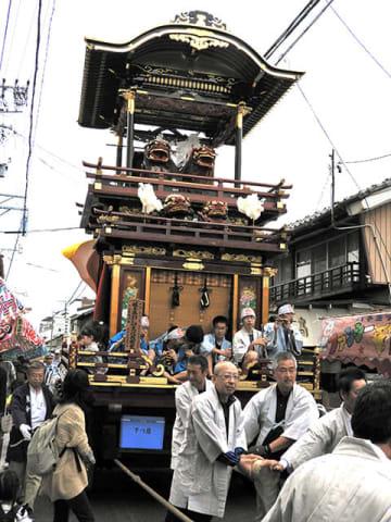 住民らで綱を引き商店街を練る下川原の「神楽獅子やま」=養老町高田