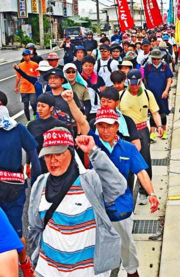 基地のない沖縄の実現を訴えて行進する参加者=18日午前、読谷村大木(国吉聡志撮影)