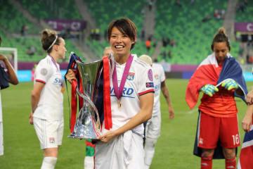 サッカー女子の欧州チャンピオンズリーグを制し、優勝トロフィーを手にするリヨンの熊谷紗希=18日、ブダペスト(ゲッティ=共同)
