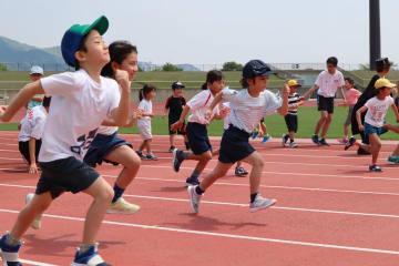 速く走る方法をためす子どもたち=長崎市総合運動公園かきどまり陸上競技場