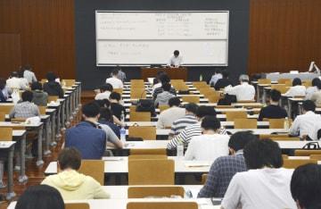 司法試験の予備試験に臨む受験者=19日午前、東京都新宿区