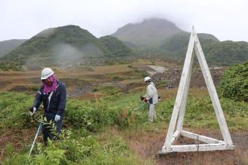 定点周辺を清掃する参加者。後方は平成新山=島原市北上木場町