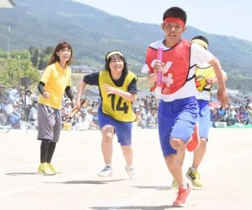 父母らが見守る中、リレーで力走する高田一中の生徒