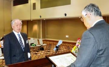 鈴木副知事から知事感謝状を受ける近藤氏(左)