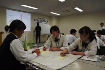 渋川で連想する単語を書き出し、絵コンテ作りに取り組む生徒